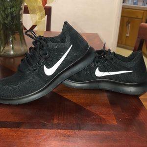Size 7.5 women's FLYKNIT Nike tennis shoes